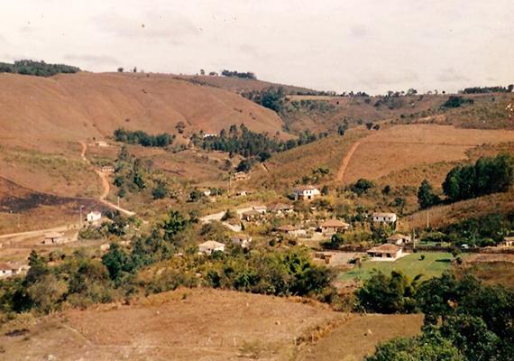 Régebbi kép a településről. A nők alkotta közösséget Maria Senhorinha alapította a 19. század végén, miután elhagyta férjét, akihez kényszerrel adták hozzá. Az egyház által kiközösített nőhöz később számos sorstársa csatlakozott, olyan asszonyok és lányok, akik a közösség szemében páriának számítottak.