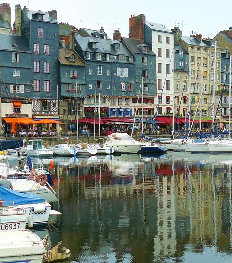HonfleurA normandiai halászfalu szűk utcácskái, ismert kalózai és híres fiai - Erik Satie, Eugène Boudin - mellett festői, középkori kikötője miatt is népszerű az utazók körében. Tarka házai, a számtalan hajó és a tenger változó színei miatt - mint táj - az impresszionizmus egyik kiindulópontja volt.