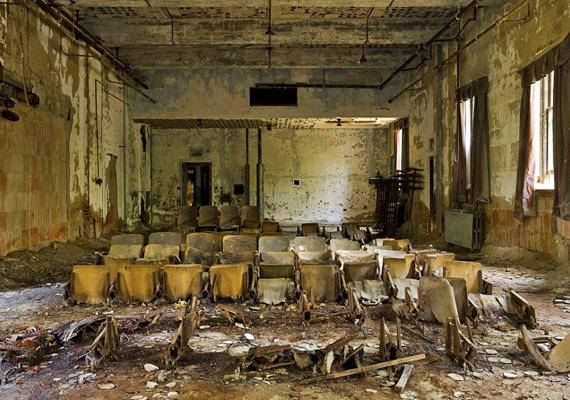 Ez a terem egyszerre szolgált iskolaként és előadóként.