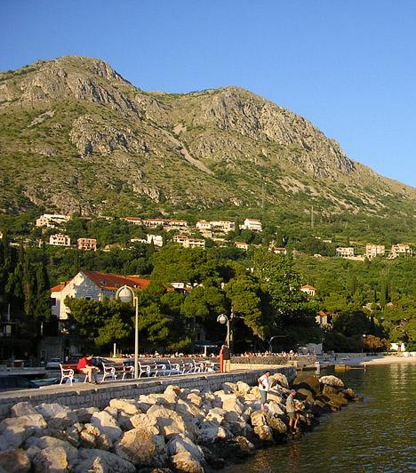 MliniA naturista strand Mlini elbűvölő halászfalvának közelében található, Dubrovnik és Cavtat között. A félreeső, leginkább sziklás, de egy kisebb kavicsos részt is magában foglaló partszakaszt Mliniből öt perc alatt érheted el hajóval.