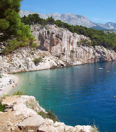 Nugal  A meredek sziklákkal övezett varázslatos, kavicsos strand Makarska keleti részén található, épp Tucepi városa előtt. A körülbelül 100 méter hosszú strand teljes egészében a naturistáké.