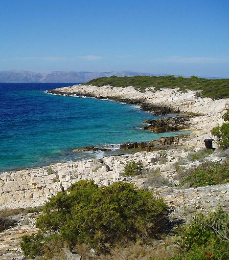 ProizdA naturista strand Vela Luka mellett, Proizd kis szigetecskéjén található, melyet természeti szépségei, valamint érintetlensége, vadsága és édeni mivolta miatt a szerelem szigetének is szoktak nevezni. A helyet különösen érdemes felkeresned akkor, ha szeretnél kicsit távolabb kerülni a nyüzsgő turistaáradattól.