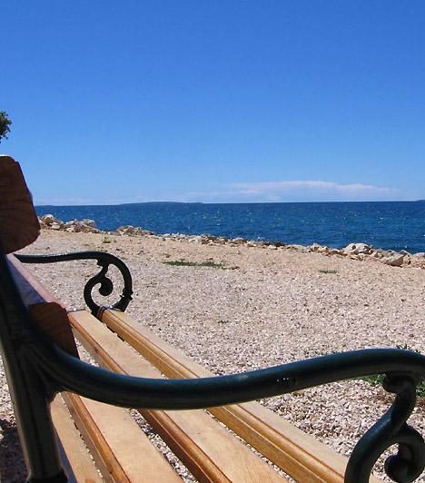 StraskoA Novaljától két kilométerre délkeletre található Strasko az adriai partvidék egyik legnagyobb és legkellemesebb kempingje. A kempinghez - melynek egy részét naturisták számára tartják fenn - tartozó kavicsos partszakasz fenyő- és olívaerdeivel maga a varázslat.
