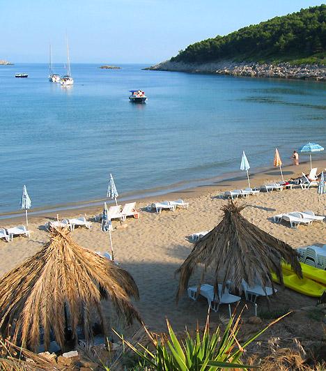 SunjA Dubrovniktól 7 kilométerre északnyugatra található Lopud az Elafiti-szigetek, azon belül is Kolocep része, emellett előbbi egyik legfejlettebb  turistaparadicsoma. A naturista strand Sunj széles, patkóalakú partszakasza mentén található, amit Lopud falujából egy kilométeres hosszúságú gyalogösvényen érhetsz el.