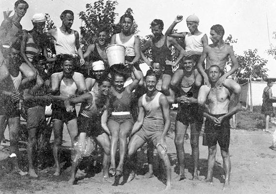 Csoportkép egy magyar strandról, 1920-ból.