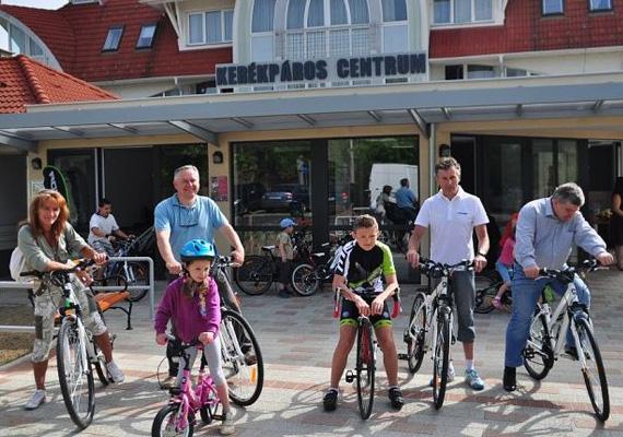 2013. május 1-jén nyitott meg Zalakaros Kerékpáros Centruma, ahol nyolc-nyolc darab férfi-, illetve női, négy darab gyermekbicikli, valamint tíz nordic walking-túrabot áll az ideérkezők rendelkezésére. A bicikliket két órára és egész napra is kibérelheted, a helyi Tourinform irodában pedig ingyen túratérképeket is a rendelkezésedre bocsátanak, hogy könnyebben tájékozódj.
