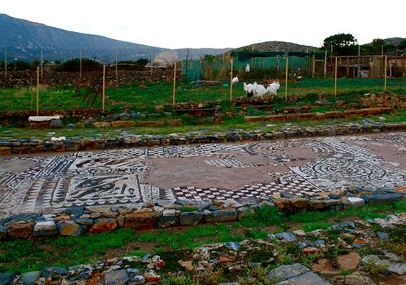 A szárazföldön maradva is értékes történelmi emlékeket tekinthetnek meg a látogatók. A képen Olous híres mozaikja látható.