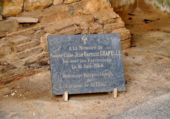 Ezt a táblát azok emlékére állították, akik életüket vesztették Oradour-sur-Glane-ben.