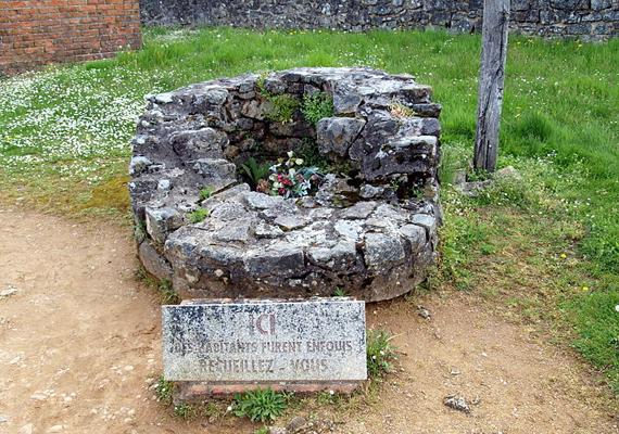 A települést sohasem építették újjá - De Gallue tábornok utasítására -, hogy egyfajta emlékhelyként mindig emlékeztesse a franciákat, milyen sok embernek kellett meghalnia a háború miatt. Az utak mentén található számos tábla és sírhely is rájuk emlékezik.