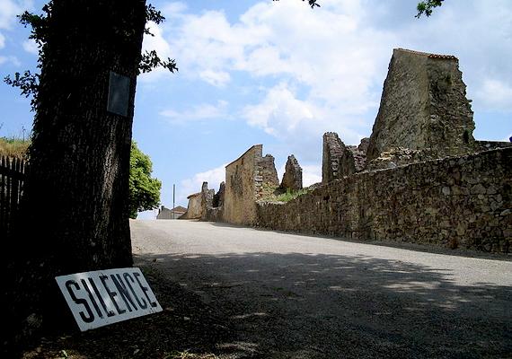 Az egykori falu bejáratánál tábla jelzi, hogy csendet kérnek, amit megkövetel a hely szelleme is.
