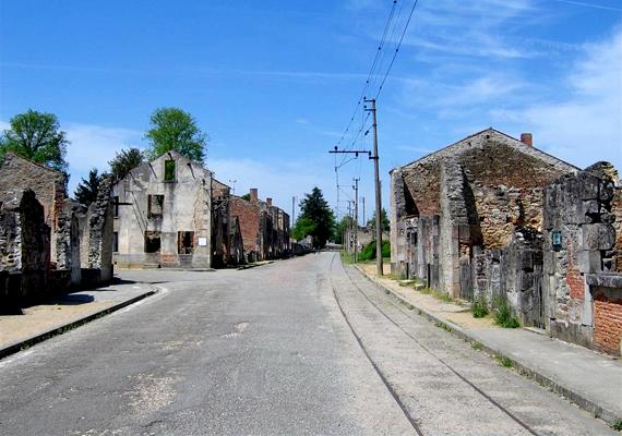 A kiégett házak ma is üszkösen és koromtól feketén állnak, megrázó mementójaként a tragédiának.