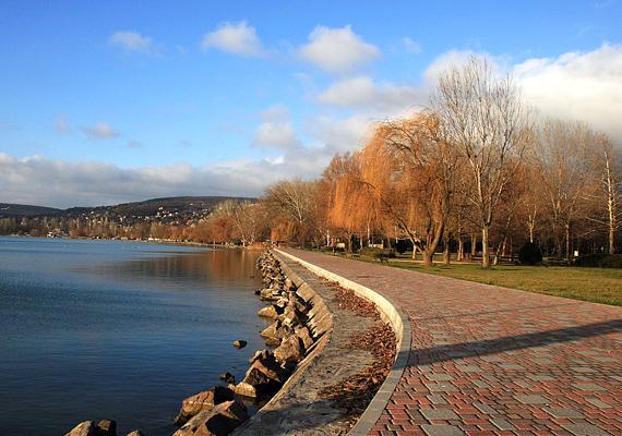 Balatonalmádi sétánya őszi színekben is pompázatosan fest. Kattints ide a nagy felbontású képért! »