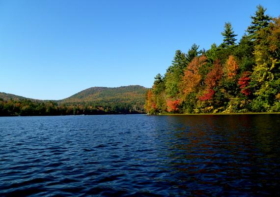 A New York államban található Adirondack-tavak környéke kedvelt kiránulóhely, különösen ősszel. A háttérképért kattints ide!