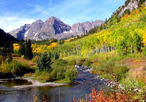 Íme, a coloradói Elk-hegység két csúcsa, a Maroon Bells, őszi pompában. A háttérképért kattints ide!