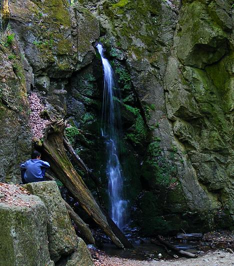 Ilona-völgy                         Ha csendre, békére és harapni való friss levegőre vágysz, az Ilona-völgybe mindenképp érdemes ellátogatnod. A Mátrában, Parádfürdőtől 4-5 kilométerre található az Ilona-völgyi vízesés, mely 10 méteres magasságból zúdul le a függőleges sziklafalról. Egyesek direkt télen látogatják, hogy lefotózhassák azt a ritka természeti szépséget, amikor a vízesés mozdulatlan jégszoborrá dermed a hidegben. Gyalogosan Parádfürdőtől a zöld, majd zöld kör turistajelzéseket kell követni, de egy darabig autóval is megközelíthető.