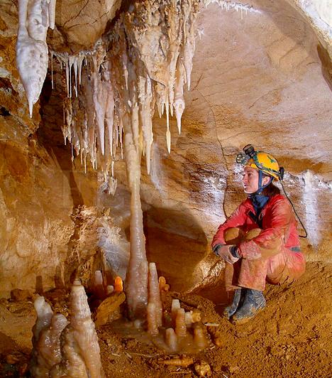 Pál-völgyi cseppkőbarlang                         Ha fázós vagy, de igényled a mozgást, és szívesen mozdulsz ki hétvégenként, a Pál-völgyi-barlang könnyű, de látványos útvonalát ajánljuk. A Budai-hegységben, a Látó-hegy keleti oldalán található, és, bár hatalmas, nem kell megijedni tőle, mert az eddig feltárt 29 kilométeres hosszából csupán 500 métert járhatnak be a turisták. Különleges alakzatú cseppkövek, nagy szintkülönbségek, illetve hasadékszerű, izgalmas folyosók jellemzik, ráadásul egész évben állandó 10 fokos hőmérséklettel rendelkezik. A barlang csak túravezetővel látogatható, télen pedig csoportoknak kedvezményes a belépő. Öt éves kor feletti gyerekekkel is remek kikapcsolódás lehet.