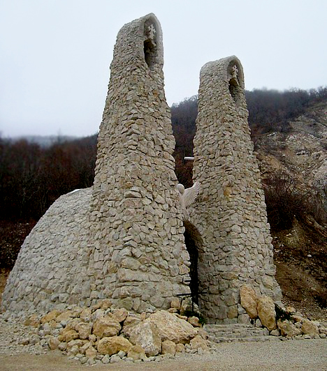 Pilisszántó                         A Pilis-hegység legmagasabb pontját is érdemes célba venned, különösen akkor, ha szereted az olyan titokzatos helyeket, melyeknek gyógyító energiákat tulajdonítanak. Ma már zarándokhelyként tartják számon a Boldogasszony-kápolnát és az oda vezető köves gyalogutat. A kápolna Szent György-vonalra épült, mint az Árpád-kori templomok, és olyan alakja van, mint az ősi fénytemplomoknak. Bejárata a felkelő nap irányába néz, különlegessége pedig, hogy a téli nap-éj egyenlőség hajnalán az ébredező nap sugarai egy évben egyszer úgy sütnek be az építmény falai mögé, hogy pont a Boldogasszony-szobrot foglalják fényglóriába.