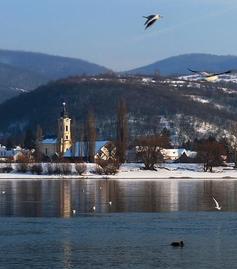 Visegrád                         A Szentendrei kistérségben található Visegrád népszerű kirándulóhely, hiszen gyönyörű természeti adottságokkal bír, mivel a Dunakanyarban, hegyek koszorújában fekszik. Ám mindemellett más látnivaló is akad bőven, mely történelmi korokról mesél. Érdemes megejteni egy túrát a Várhegy tetejére, a Fellegvárhoz, mely télen is nyitva tart, kivéve rossz időjárási körülmények esetén. A kalandvágyók az alpesi bobot is kipróbálhatják a Nagyvillám-Kilátó mellett található bobpályán.