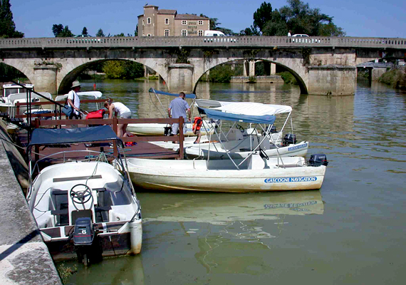 Condom Franciaország délnyugati részén található. A kastélyáról és katedrálisáról is híres település fontos zarándokhely, egyúttal a Santiago de Compostelába vezető út állomása.
