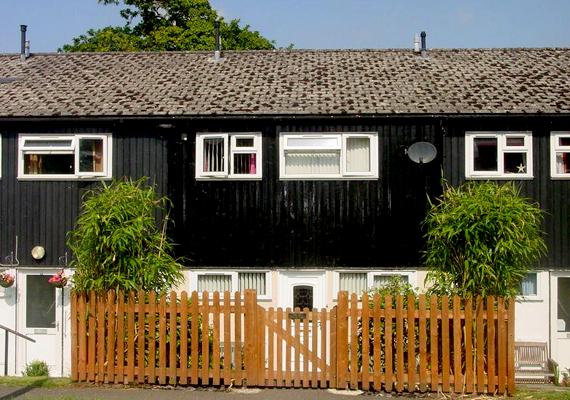 Angliában, Wales-ben lehet belefutni a Three Cocks falunévbe is. A cock jelentése az angol szlengben bizonyos férfitestrészre utal.
