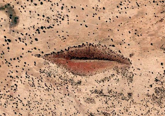 A Szudánban, Nyugat-Darfurban található különös alakzatot sokan Isten szájának, mások Angelina Jolie ajkainak nevezik, nem kevesen vannak azonban olyanok, akik sokkal inkább vulgáris formákat látnak benne. Holott csupán egy kanyonról van szó, ahol a hasadék mentén hatalmas sziklák emelkednek. Ha még több részletre vagy kíváncsi, kattints ide!