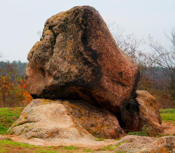 A környéken, Sukorónál látható a magyar szfinxként emlegetett ingókő.
