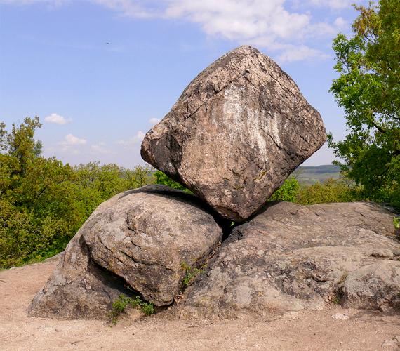 A gránitsziklák egymáson való elhelyezkedése elsőre megdöbbentő, a magyarázat azonban egyszerűbb: a kövek ellenálltak az eróziónak, a sziklák közötti üledék azonban szép lassan eltűnt, a kövek pedig korábbi pozíciójukban maradtak meg. A képen a Kocka-kő látható.
