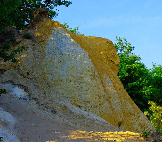 A kövek állítólag összpontosítják, és még inkább felerősítik az említett energiát. A képen az Oroszlán-szikla látható.
