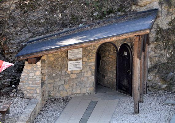 Bár talán furcsán hangzik, a Budai-hegységben, a Látó-hegy oldalában található Pál-völgyi-barlang felfedezése egy legelésző birkának köszönhető, beszakadt ugyanis alatta a föld, ekkor vették csak észre - pontosan 1904-ben -, hogy az így kialakult üregnek folytatása is van. A képen a barlang bejárata látható.