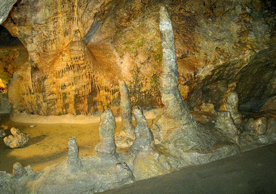 A barlang - amely a második világháború során óvóhelyként szolgált, így károkat is elszenvedett - részét képezi a 28,6 kilométer hosszú, még nem hivatalos elnevezéssel bíró Szépvölgyi-barlangrendszernek is, amely jelenleg Magyarország leghosszabb ismert barlangjának számít.