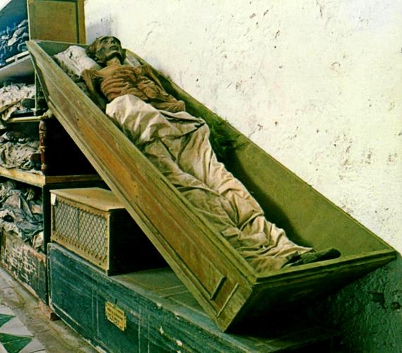 A katakombák több különböző területre oszlanak: külön helyen vannak a nők és férfiak, de elkülönítették az eltérő státuszú embereket is. A kép az egyik folyosóról készült.