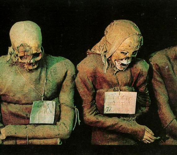 A szerzeteseket a mindennapos öltözékükben helyezték örök nyugalomra. A rajtuk látható köteleket a bűnbánat jeléül viselték.