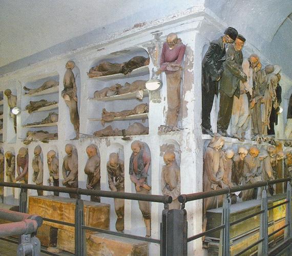 A hely eredetileg a szerzetesek nyughelyéül szolgált, később azonban státuszszimbólummá vált, ha valakinek a testét ide temették el.
