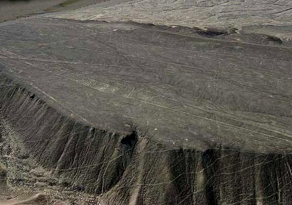 Ahogy a Nazca-vonalakkal, a Palpa-hegy rajzolataival kapcsolatban is földönkívülieket emlegetnek az összeesküvés-elméletek rajongói. A látvány valóban furcsa, nem véletlen, hogy sokan leszállópályának hiszik.