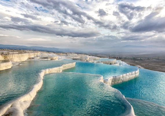 Pamukkalét a turisták is imádják, ami azonban nem tesz jót neki: a medencék a sok látogató miatt elszíneződnek, illetve a forrás is apad.
