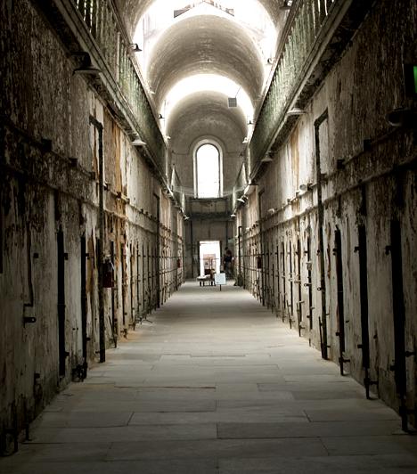 Eastern State FegyintézetAz 1829-ben épült, erődítményszerű, philadelphiai börtön kezdetektől hírhedtté vált az itt tapasztalható furcsa bánásmód miatt. A rabok nem érintkezhettek senkivel, mindenki egyedül lakott cellájában, ha el is hagyták azt, az őrök zsákot húztak a fejükre. A későbbiekben sokak esetében alakult ki mentális betegség. Az intézményt 1971-ben zárták be, ma pedig múzeumként működik, melynek látogatói gyakran számolnak be lépések zajáról, sötét árnyakról és a bizonyos nevető rabról, aki időről időre feltűnik.