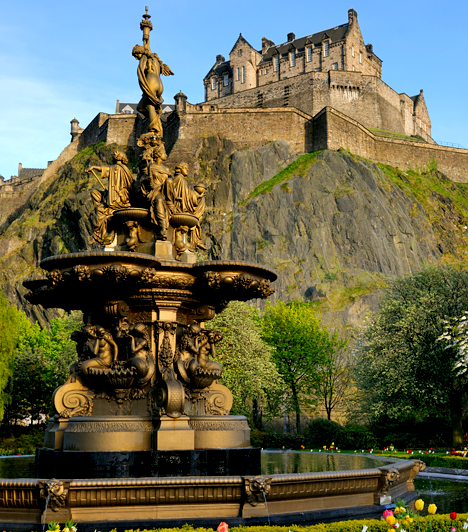 Edinburgh-i kastélyA skóciai kastély nem véletlenül tartják a paranormális események által egyik leginkább érintett helyszínnek a világon. Kilencszázéves történelme során számos véres eseménynek volt helyszíne, alagsorában pedig a mendemondák szerint máig olyan nevezetes kísértetek élnek, mint Alexander Steward of Albany vagy Lady Janet Douglas of Glamis, akit boszorkányság vádja miatt elevenen égettek meg.