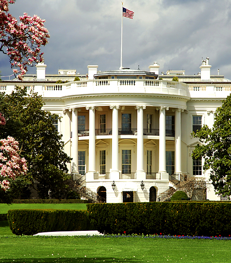 A Fehérház  Bármilyen furcsán hangzik is, az amerikai elnöki rezidenciáról sokan állítják, hogy kísértetjárta. Úgy tartják, azok lelkei, akik egykor itt éltek, máig nem tudnak elszakadni a helytől. A szóbeszéd szerint itt kísért Abigail Adams, Dolley Madison és Harry Truman is. A leggyakrabban látott kísértet azonban Abraham Lincolné: látták már átlátszó alakját az Ovális Iroda ablakánál állni, Lyndon Johnson elnök felesége pedig arról számolt be, határozottan érezte jelenlétét, miközben egy, a haláláról szóló tévéműsort nézett.