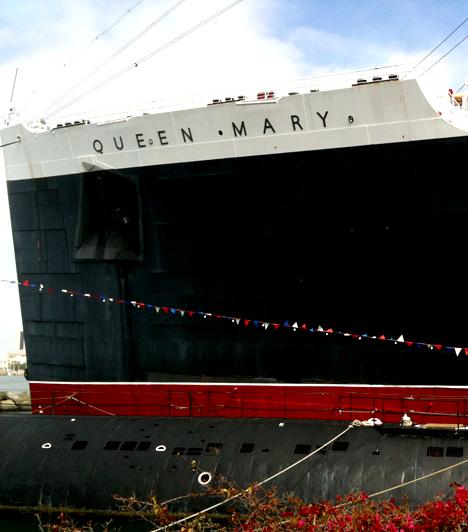 Queen MaryAz egykori luxus óceánjárót mára hotellé és múzeummá alakították át, egyúttal igen népszerű azon turisták körében, akik kísértetjárta helyekre kíváncsiak. Az itt járkáló szellemek közül az egyik legismertebb a matróz, aki a hajó géptermében halt meg, de sokan látni vélik a fehér ruhás hölgyet, illetve azokat a gyerekeket is, akik a hajó medencéjébe fulladtak bele.