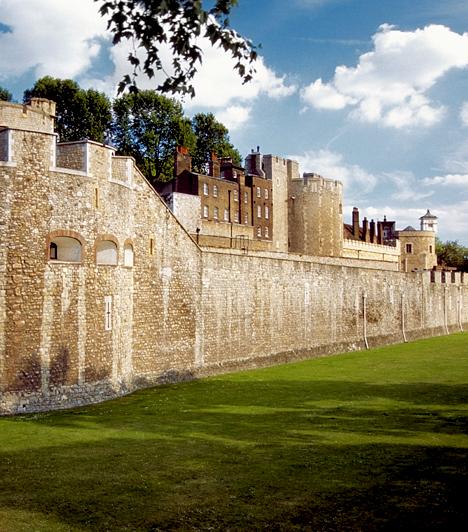 A londoni TowerA 11. századból származó erődítmény a századok során leginkább politikai börtönként volt híres, egyúttal Anglia leghíresebb kivégzéseinek helyszíneként. A helyi mendemondák szerint máig itt kísért Thomas Beckett, Sir Walter Raleigh, illetve Lady Jane Grey, nem utolsósorban pedig Boleyn Anna legávott fejű kísértetét is többen látni vélték már, más lefejezett foglyok hátramaradt megtestesüléseivel egyetemben.