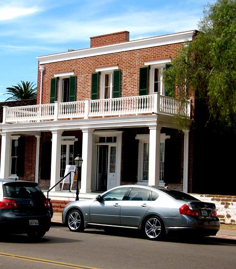 Whaley-házA San Diegóban található házról az 1960-as években az amerikai kormány hivatalosan állította, hogy kísértetek lakják. Egyik legismertebb szelleme Yankee Jim Robinson, akit itt akasztottak fel 1852-ben. A ház későbbi tulajdonosa, James Whaley és felesége is itt kísért, a látogatók gyakran érzik jellegzetes szivarjuk és parfümük illatát. Mindemellett többen is látni vélte egy fiatal lányt korabeli, hosszú ruhában.