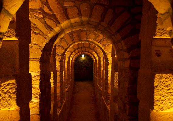 Város a város alatt. A mai katakombarendszer egykor bánya volt, az innen kifejtett mészkőből építkeztek Párizs jelentős részén. A hatalmas alagútrendszer szerkezete hasonlóságot mutat a város utcaszerkezetével.