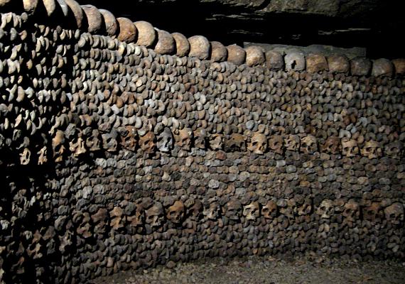 1786-tól kezdve éveken át fekete lepellel letakart lovas kocsik szállították a folyosórendszerbe az exhumált emberi csontokat.