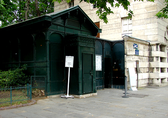 A katakombák bejárata a Denfer-Rochereau tér sarkán található.