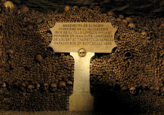 A 18. században a járványok miatt olyan sok volt a halott Párizsban, hogy a temetők sírjai megteltek, komoly közegészségügyi problémákat okozva a lakosságnak.
