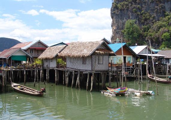 A falu facölöpökön áll, közvetlenül a víz felett.