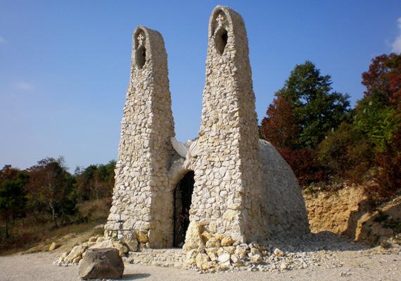 A spirituális feltöltődést keresve sokan látogatják meg Pilisszántó különleges kőtemplomát, a Boldogasszony-kápolnát is, amely Makovecz Imre és tanítványa, Őrfi József tervei alapján készült el, önkéntesek munkájával, adományokból. A 2006-ban felszentelt építményt az ősi fénytemplomok mintájára hozták létre, így a téli napforduló idején, vagyis december 21-én egy csodaszép fényjelenségnek is tanúi lehetnek azok, akik felkeresik. Ha többet szeretnél tudni róla, kattints ide!