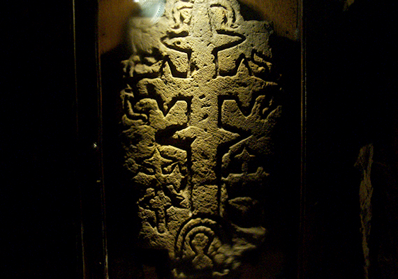 Pilisszántón található továbbá a híres Pálos Keresztes Kő is, amelyre 2000-ben bukkantak rá a pilisszántói régi temetőben végzett ásatások során. A kő - amely többek szerint a pálos rendet alapító Özséb sírkövéhez tartozhatott - a szóbeszéd szerint ugyancsak különös energiával bír, közelében például furcsán viselkednek a műszerek, emellett sokan úgy vélik, felerősíti a pozitív gondolatokat, negatívak esetében azonban fejfájást okoz. Az üveglap alá helyezett kő a római katolikus templomban tekinthető meg.