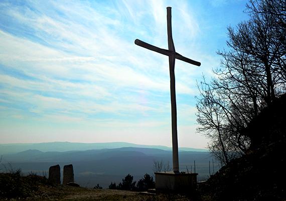 A templom fölött található a Pilis Keresztje, melyet 2003-ban szenteltek fel. Felirata szerint olyan lelki méregtelenítő helyet jelent, mely egyúttal megtestesíti hőseinket, reményeinket, hitünket, és vigasztal, biztat.