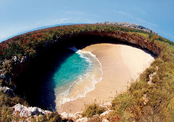 Ezek közé tartozik a Playa del Amor is, mely nem más, mint egy bomba által létrehozott üreg, ahová betört a tengervíz.